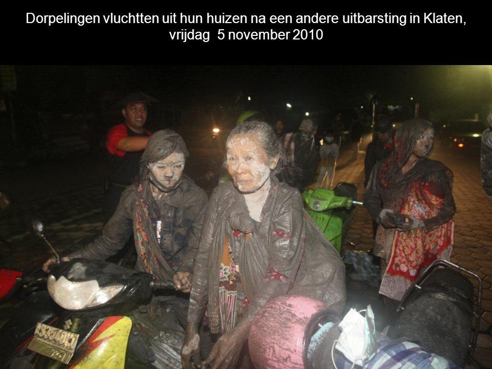 Dorpelingen vluchtten uit hun huizen na een andere uitbarsting in Klaten, vrijdag 5 november 2010