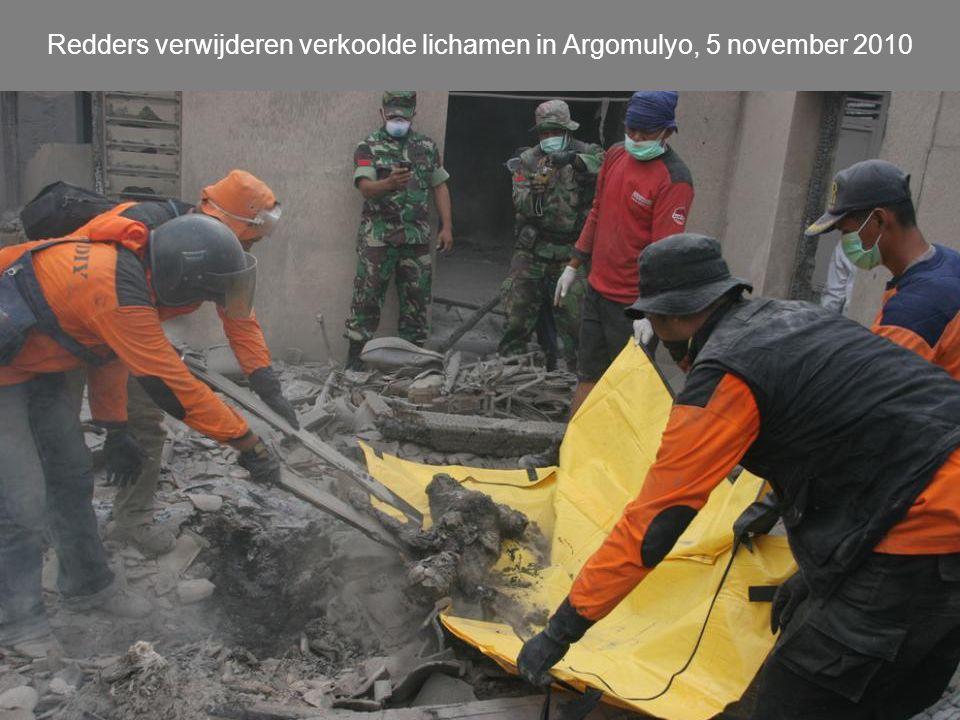 Redders verwijderen verkoolde lichamen in Argomulyo, 5 november 2010