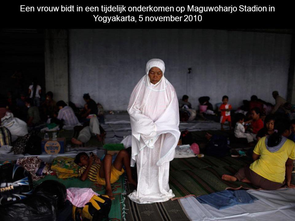 Een vrouw bidt in een tijdelijk onderkomen op Maguwoharjo Stadion in Yogyakarta, 5 november 2010
