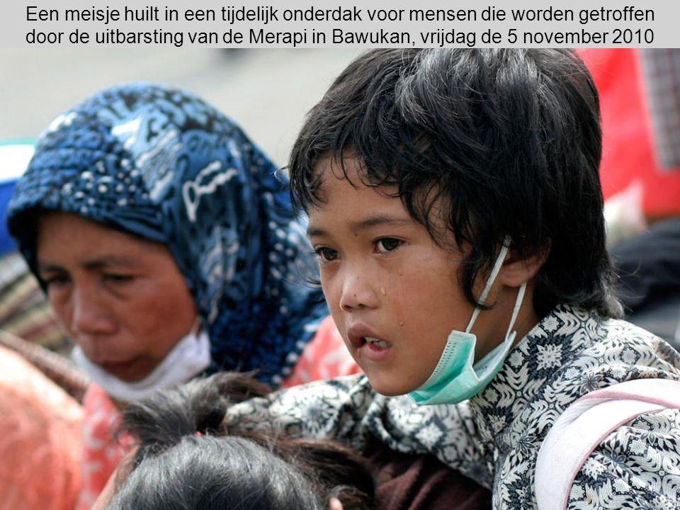 Een meisje huilt in een tijdelijk onderdak voor mensen die worden getroffen door de uitbarsting van de Merapi in Bawukan, vrijdag de 5 november 2010