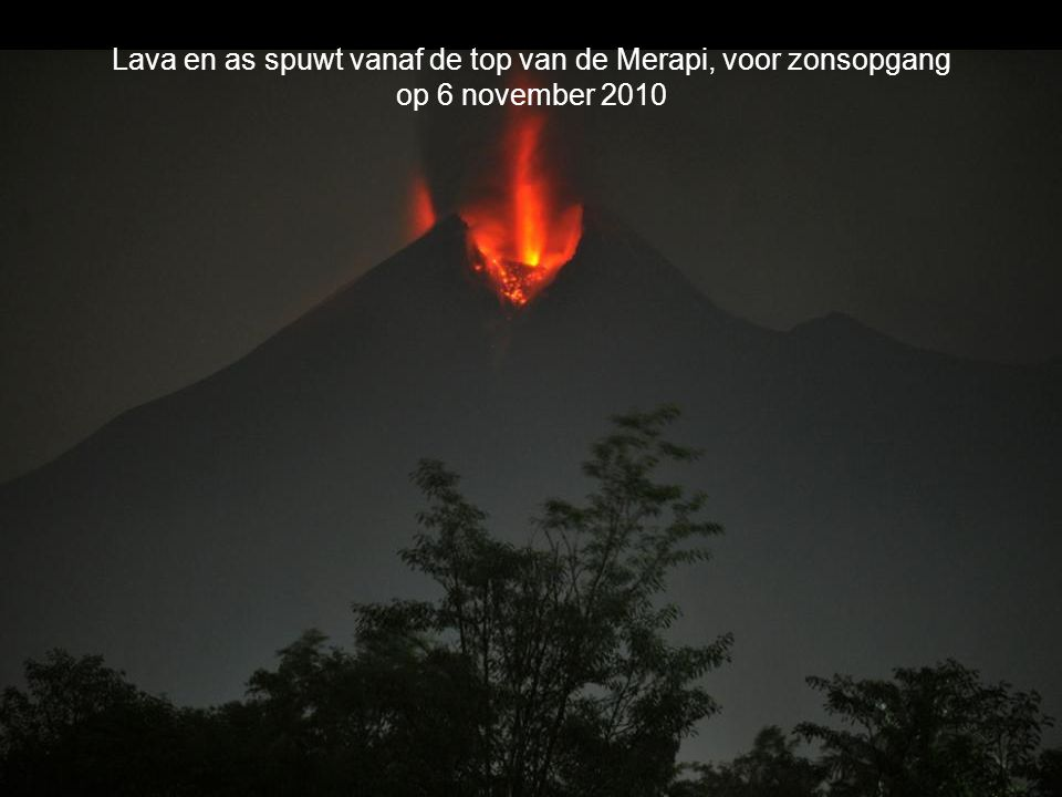 Lava en as spuwt vanaf de top van de Merapi, voor zonsopgang