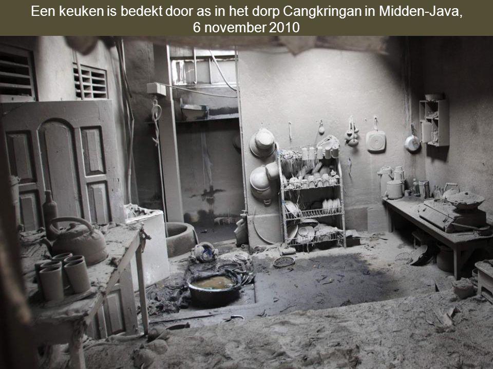 Een keuken is bedekt door as in het dorp Cangkringan in Midden-Java,