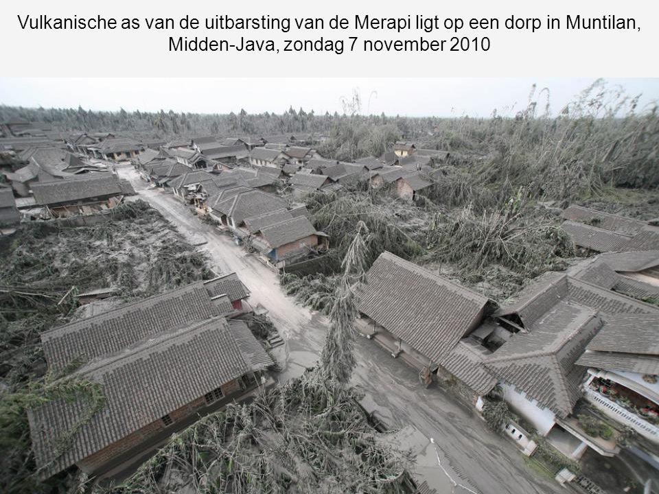 Vulkanische as van de uitbarsting van de Merapi ligt op een dorp in Muntilan, Midden-Java, zondag 7 november 2010