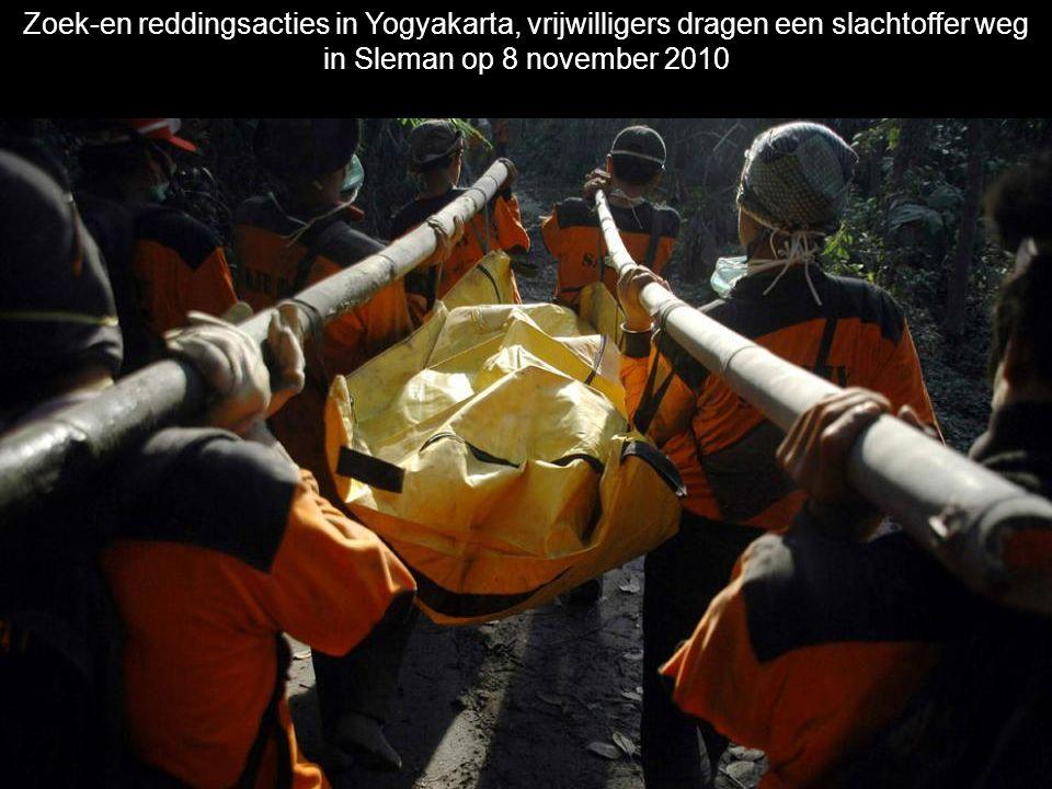 Zoek-en reddingsacties in Yogyakarta, vrijwilligers dragen een slachtoffer weg in Sleman op 8 november 2010