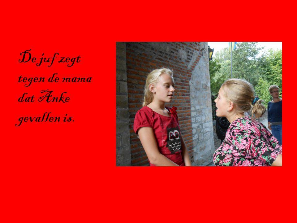 De juf zegt tegen de mama dat Anke gevallen is.