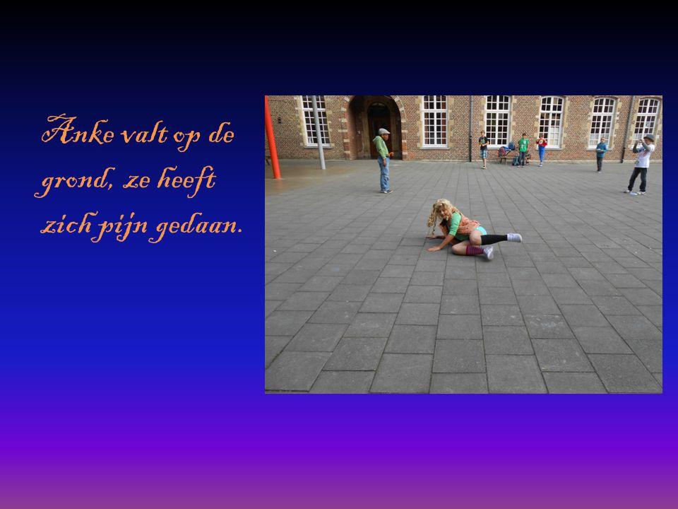 Anke valt op de grond, ze heeft zich pijn gedaan.