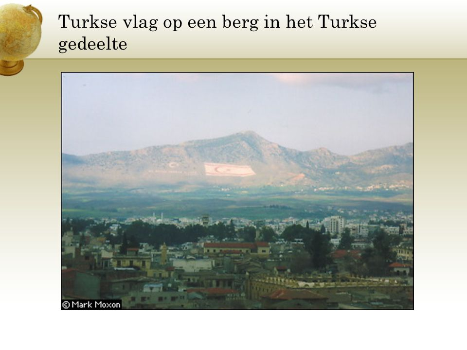 Turkse vlag op een berg in het Turkse gedeelte