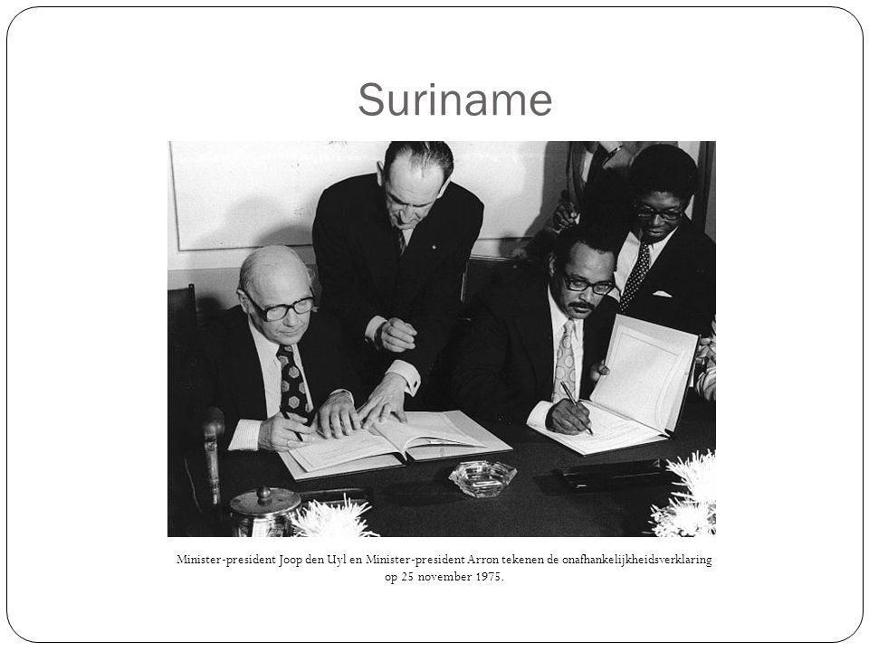 Suriname Minister-president Joop den Uyl en Minister-president Arron tekenen de onafhankelijkheidsverklaring op 25 november 1975.