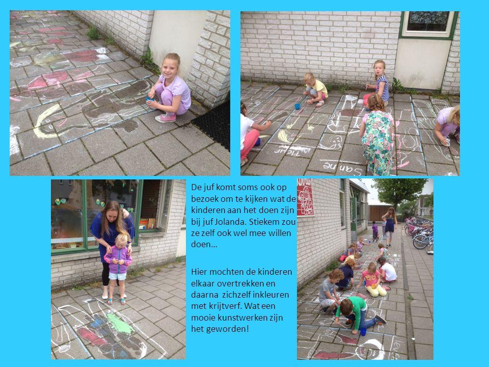 De juf komt soms ook op bezoek om te kijken wat de kinderen aan het doen zijn bij juf Jolanda. Stiekem zou ze zelf ook wel mee willen doen…
