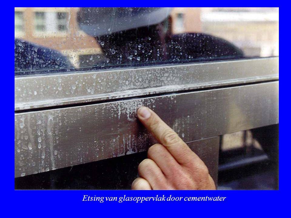 Etsing van glasoppervlak door cementwater