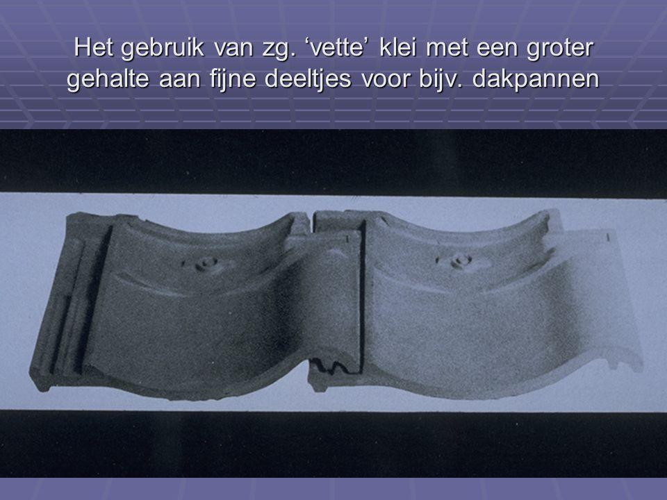 Het gebruik van zg. 'vette' klei met een groter gehalte aan fijne deeltjes voor bijv. dakpannen