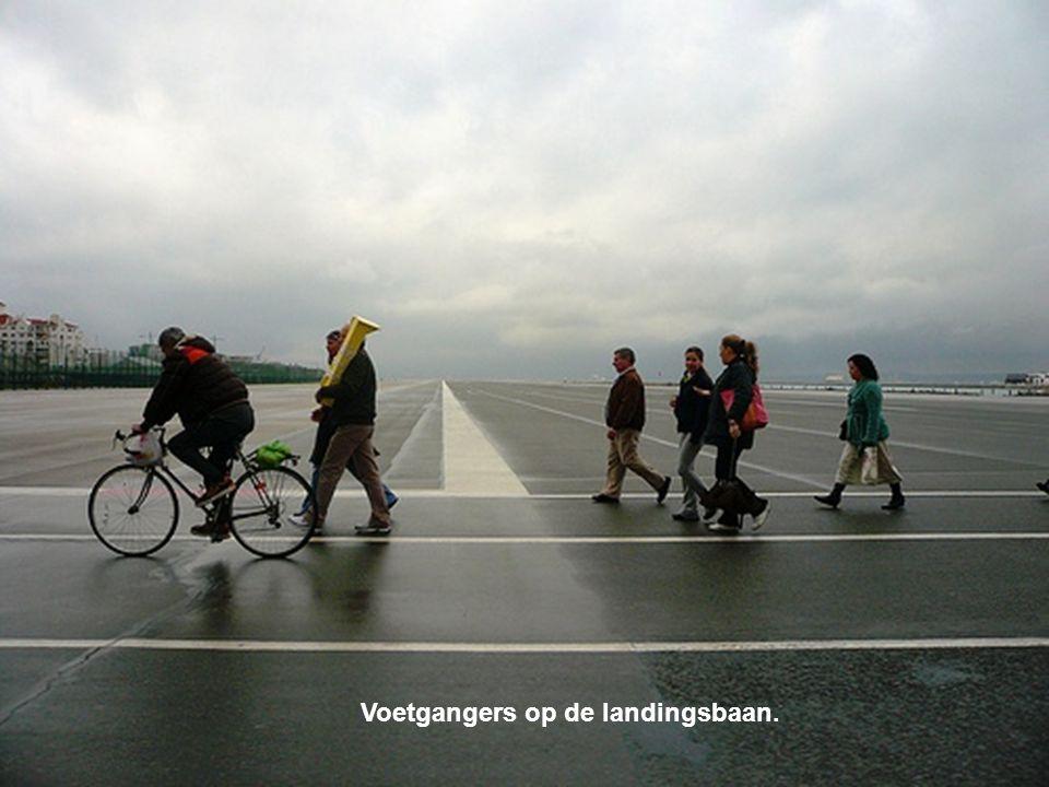 Voetgangers op de landingsbaan.