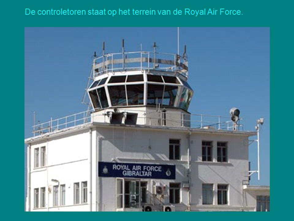 De controletoren staat op het terrein van de Royal Air Force.