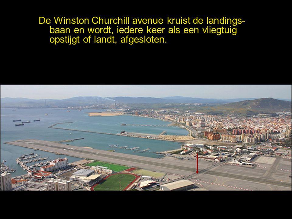 De Winston Churchill avenue kruist de landings-baan en wordt, iedere keer als een vliegtuig opstijgt of landt, afgesloten.