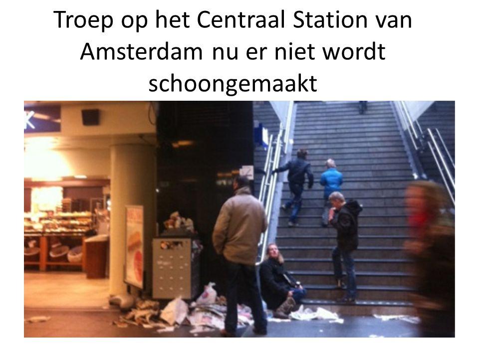 Troep op het Centraal Station van Amsterdam nu er niet wordt schoongemaakt