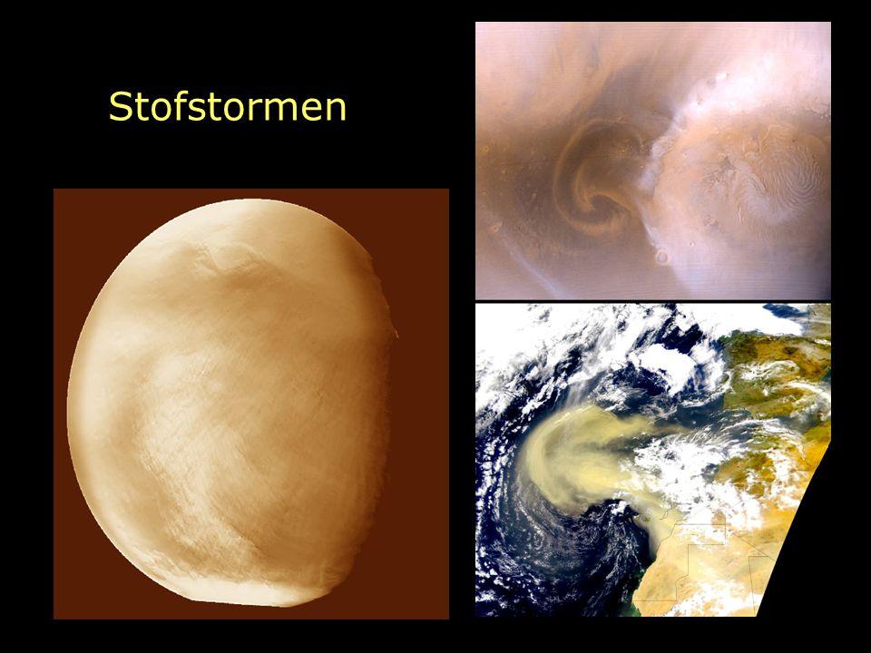 Stofstormen Enorme stofstormen kunnen de planeet voor maanden aan het gezicht onttrekken. Stofstormen zien er net zo uit als op de aarde.