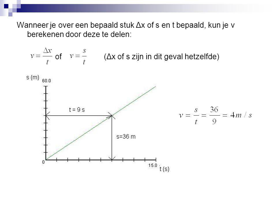 Wanneer je over een bepaald stuk Δx of s en t bepaald, kun je v berekenen door deze te delen: