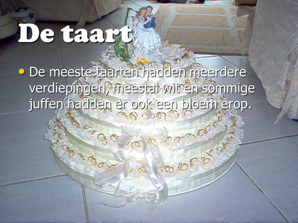De taart De meeste taarten hadden meerdere verdiepingen, meestal wit en sommige juffen hadden er ook een bloem erop.