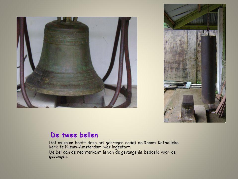 De twee bellen Het museum heeft deze bel gekregen nadat de Rooms Katholieke kerk te Nieuw-Amsterdam was ingestort.