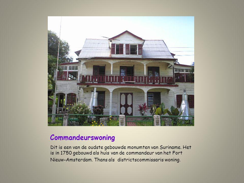 Commandeurswoning Dit is een van de oudste gebouwde monumten van Suriname. Het is in 1750 gebouwd als huis van de commandeur van het Fort.