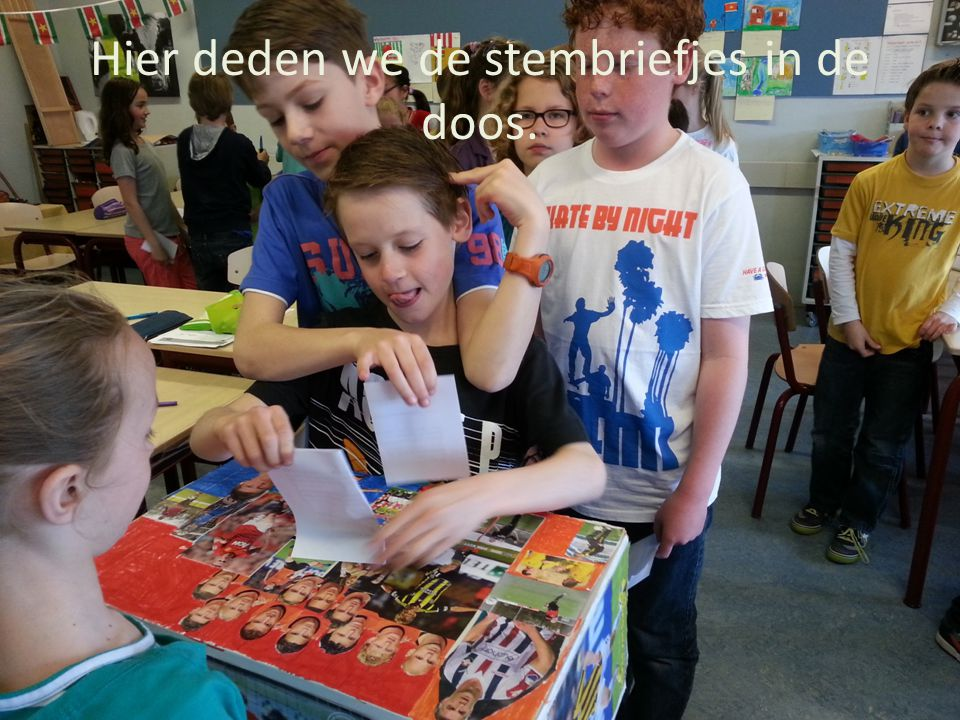 Hier deden we de stembriefjes in de doos.