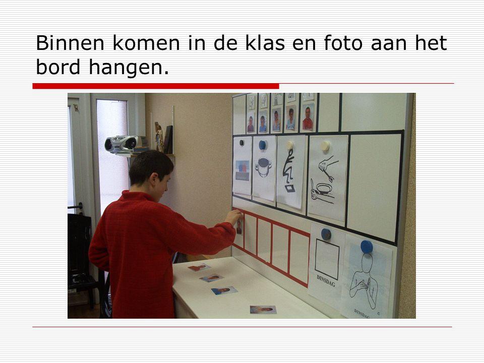 Binnen komen in de klas en foto aan het bord hangen.