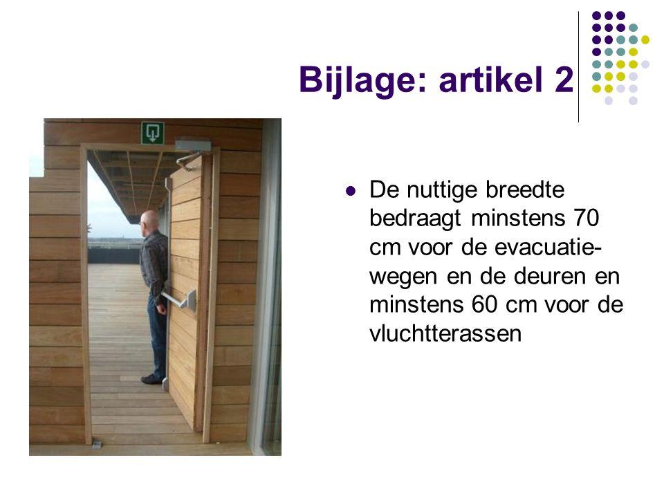 Bijlage: artikel 2 De nuttige breedte bedraagt minstens 70 cm voor de evacuatie-wegen en de deuren en minstens 60 cm voor de vluchtterassen.