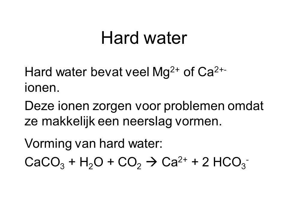 Hard water Hard water bevat veel Mg2+ of Ca2+- ionen. Deze ionen zorgen voor problemen omdat ze makkelijk een neerslag vormen.