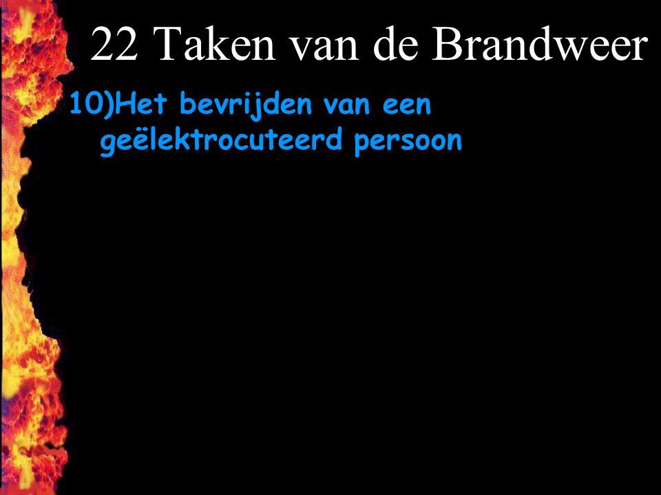 22 Taken van de Brandweer 10)Het bevrijden van een geëlektrocuteerd persoon.