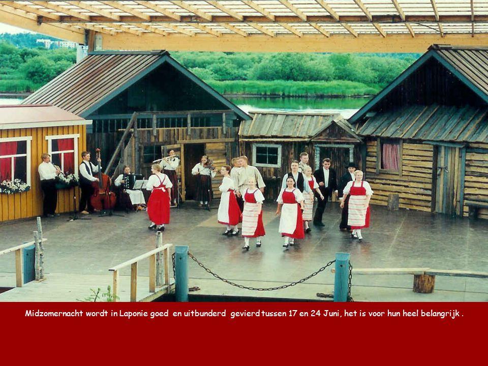 Midzomernacht wordt in Laponie goed en uitbunderd gevierd tussen 17 en 24 Juni, het is voor hun heel belangrijk .