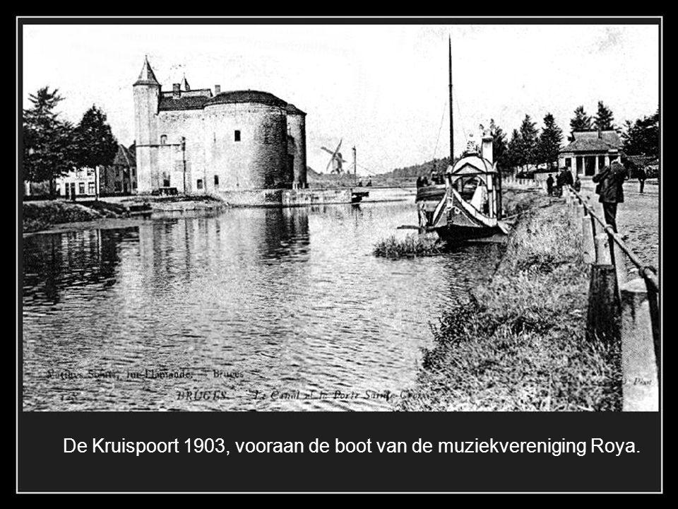 De Kruispoort 1903, vooraan de boot van de muziekvereniging Roya.