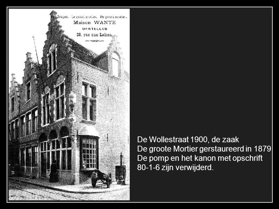 De Wollestraat 1900, de zaak De groote Mortier gerstaureerd in 1879. De pomp en het kanon met opschrift.