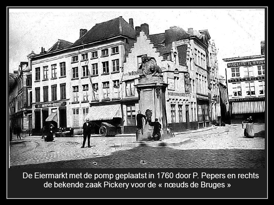 De Eiermarkt met de pomp geplaatst in 1760 door P. Pepers en rechts