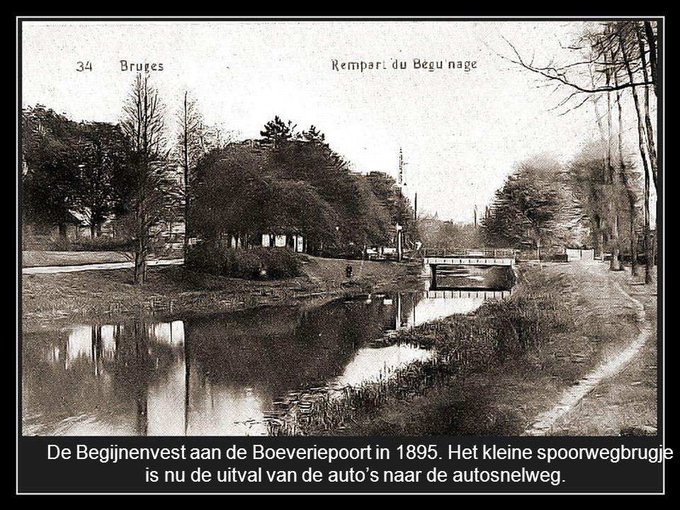 De Begijnenvest aan de Boeveriepoort in 1895. Het kleine spoorwegbrugje