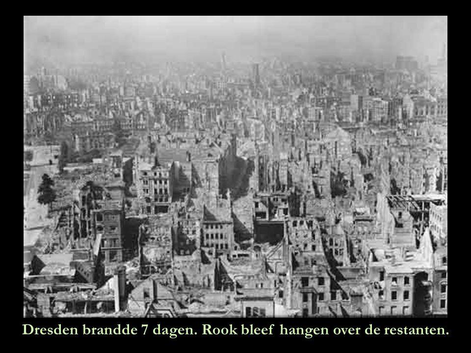 Dresden brandde 7 dagen. Rook bleef hangen over de restanten.