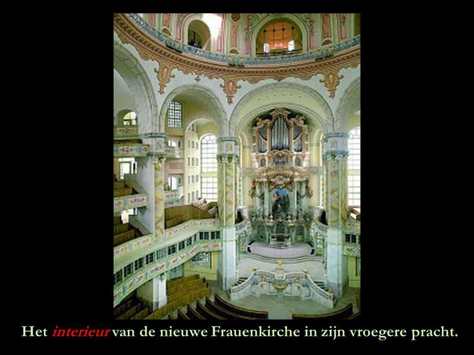 Het interieur van de nieuwe Frauenkirche in zijn vroegere pracht.