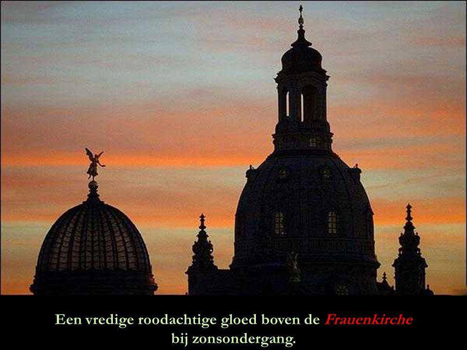 Een vredige roodachtige gloed boven de Frauenkirche bij zonsondergang.