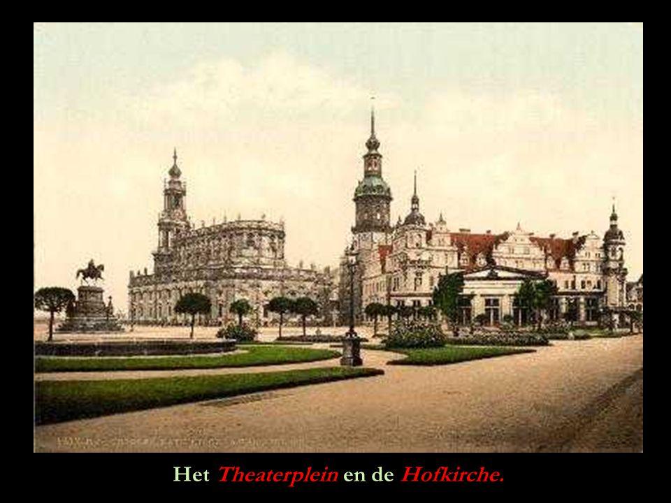 Het Theaterplein en de Hofkirche.