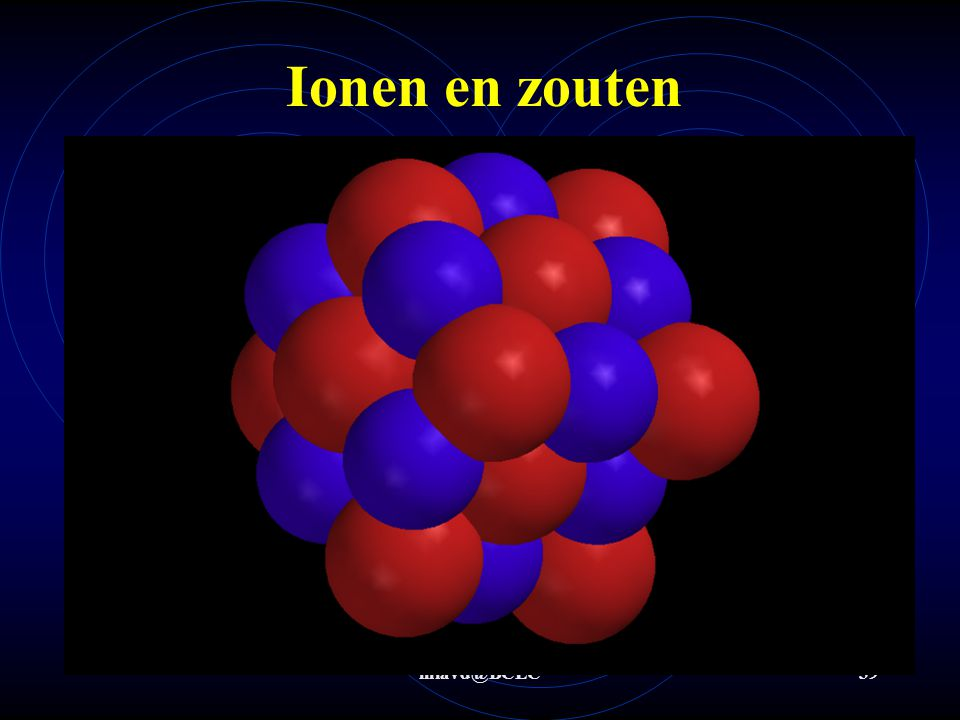 De ionen vormen een ionrooster  zoutkristal