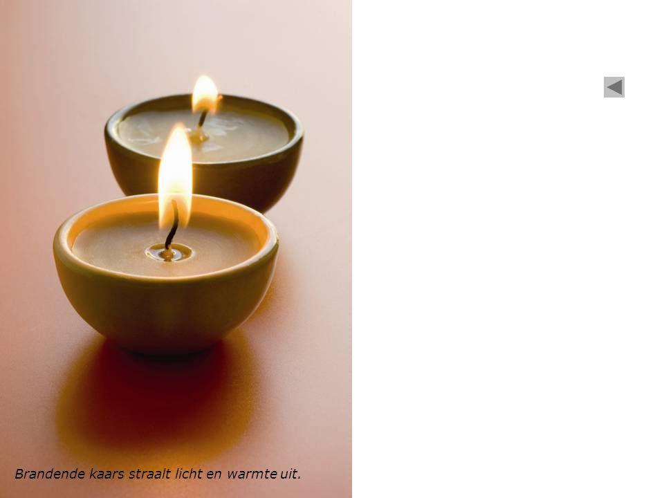 Brandende kaars straalt licht en warmte uit.
