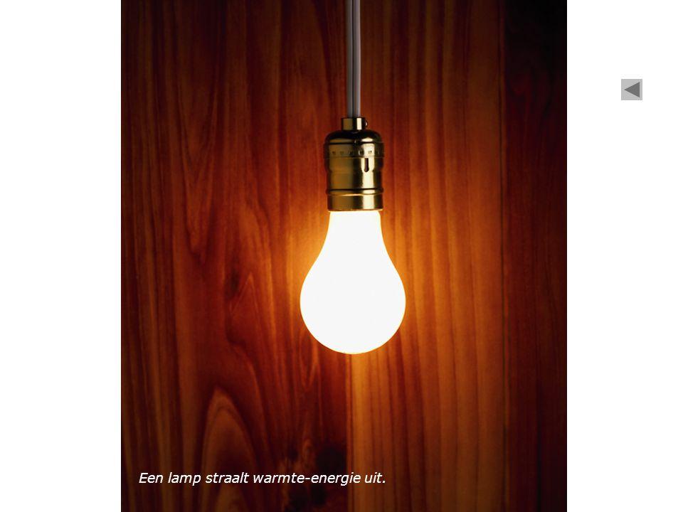 Een lamp straalt warmte-energie uit.