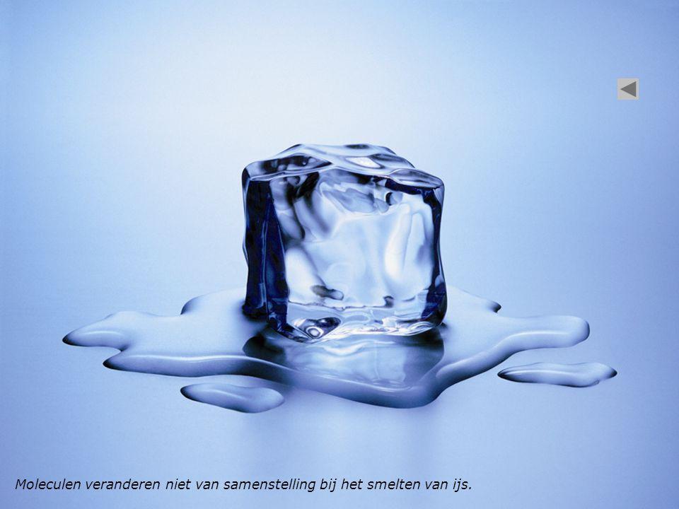 Moleculen veranderen niet van samenstelling bij het smelten van ijs.