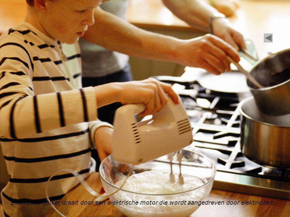 Een keukenmixer draait door een elektrische motor die wordt aangedreven door elektriciteit.