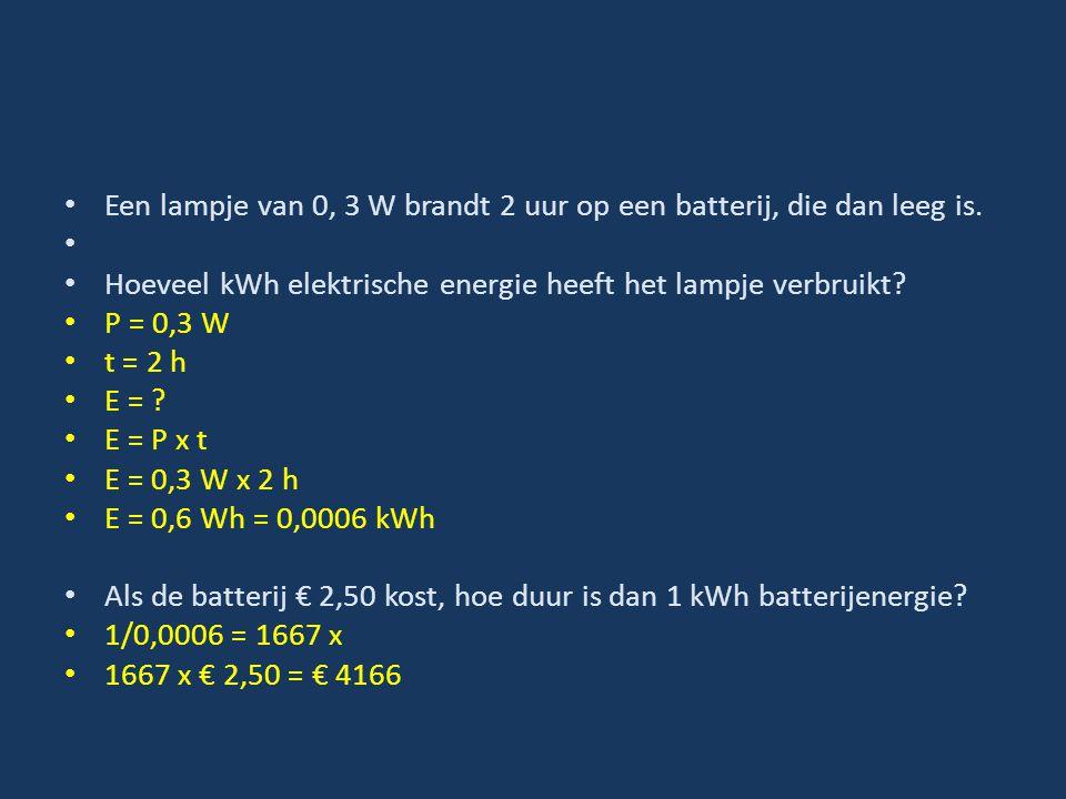 Een lampje van 0, 3 W brandt 2 uur op een batterij, die dan leeg is.