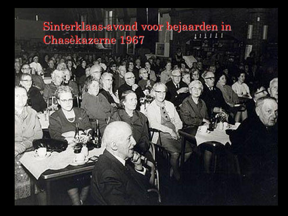 Sinterklaas-avond voor bejaarden in Chasèkazerne 1967