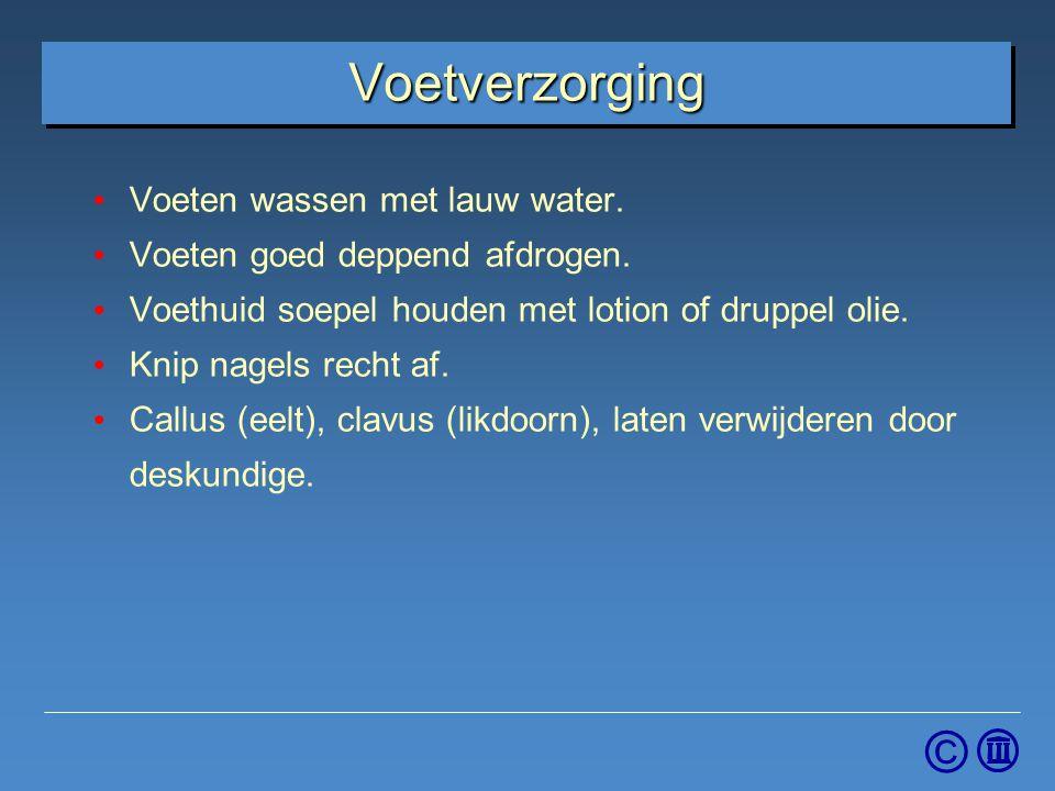 Voetverzorging Voeten wassen met lauw water.