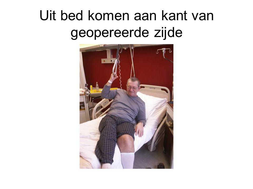 Uit bed komen aan kant van geopereerde zijde