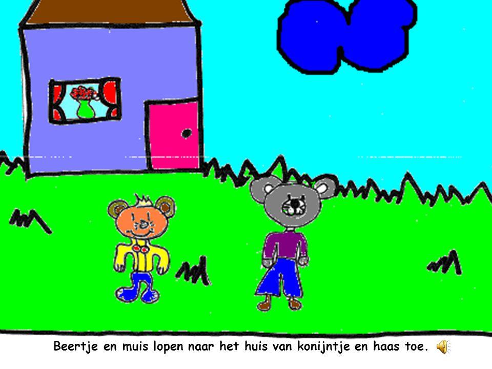 Beertje en muis lopen naar het huis van konijntje en haas toe.