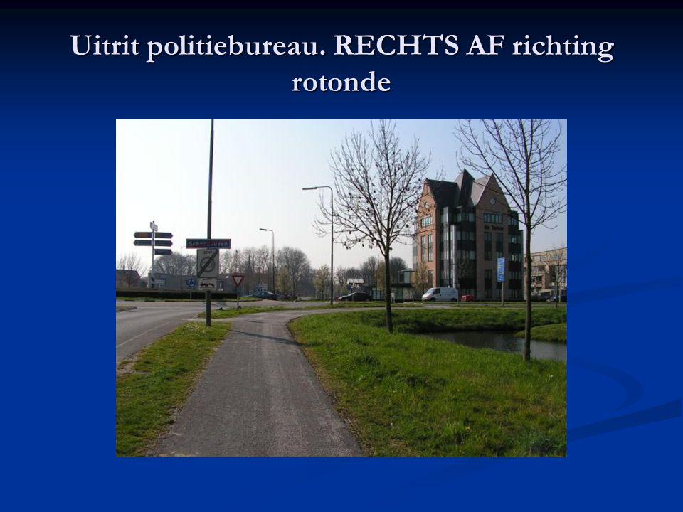 Uitrit politiebureau. RECHTS AF richting rotonde