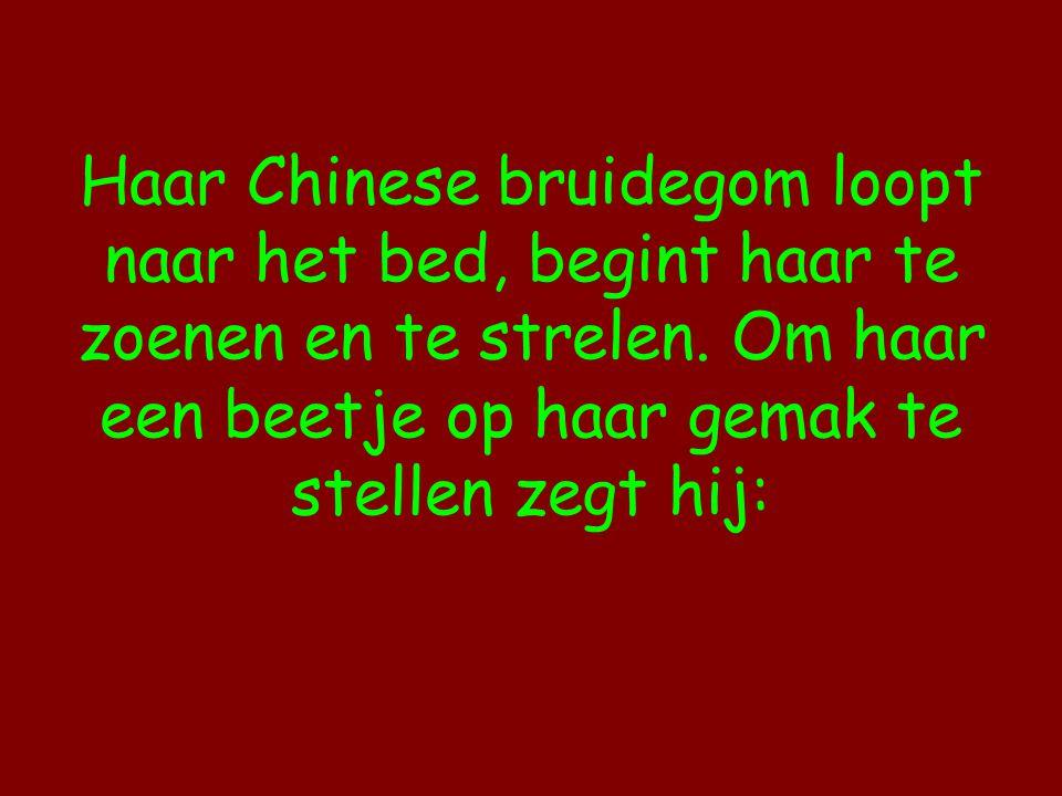 Haar Chinese bruidegom loopt naar het bed, begint haar te zoenen en te strelen.